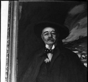 Retrato póstumo de Ramalho Ortigão, pelo neto, o pintor Luís de Ortigão Burnay. Quadro de grande formato, oferecido pelo autor à Biblioteca Pública Municipal do Porto.